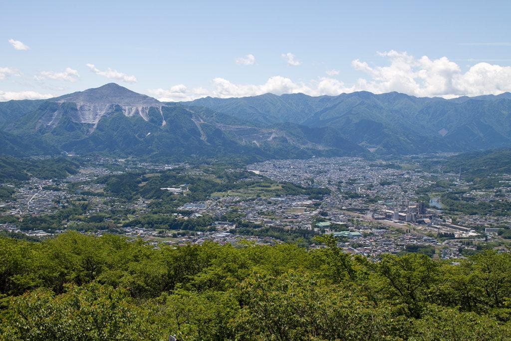 武甲山と秩父市街